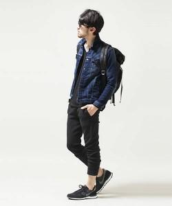 デニムシャツ×黒のクロップドパンツ