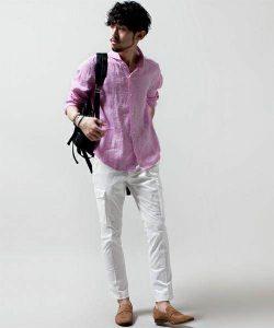 ピンクのリネンシャツ×白のアンクルパンツ