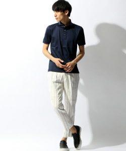 ネイビーのポロシャツ×ストライプパンツ