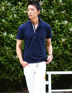 ネイビーのポロシャツ×白のハーフパンツ