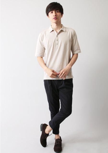 グレーのポロシャツ×ネイビーのアンクルパンツ