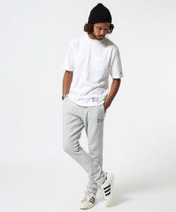 白Tシャツ×スウェットパンツ
