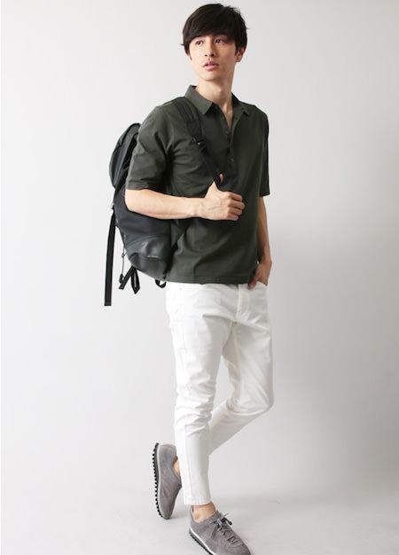 グリーンのポロシャツ×白パンツ