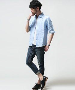ブルーのサマーシャツ×アンクルデニムパンツ