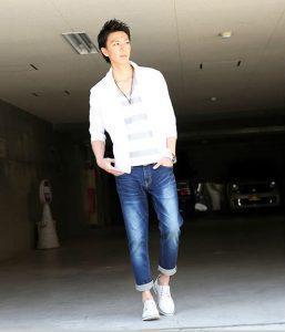 白のリネンシャツ 夏