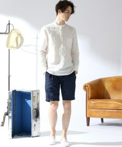 白のカブリシャツ×ネイビーのハーフパンツ
