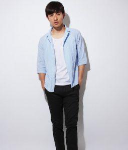 ライトブルーのシャツ×黒のクロップドパンツ