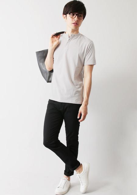 ノーカラーポロシャツ×ジョガーパンツ