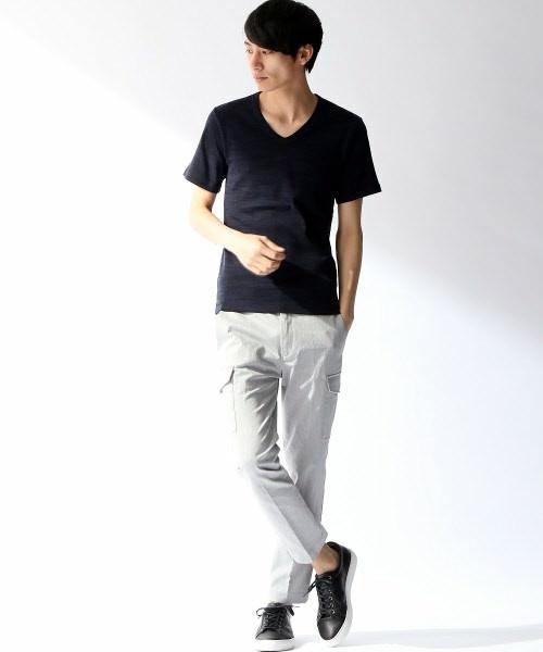 黒のクルーネックTシャツ×グレーのスラックス