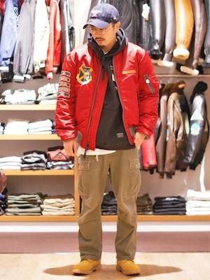 赤のライダースジャケット×カーキのカーゴパンツ