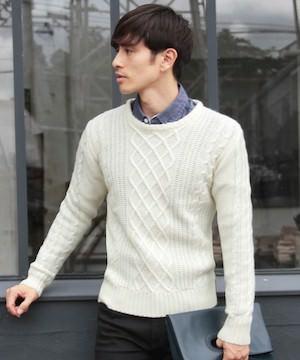 白のケーブル編みニット×ネイビーのシャツ