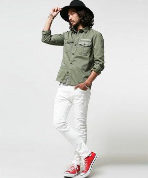 グリーンのシャツ×ホワイトデニム