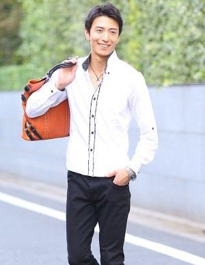 白シャツ×黒のパンツ