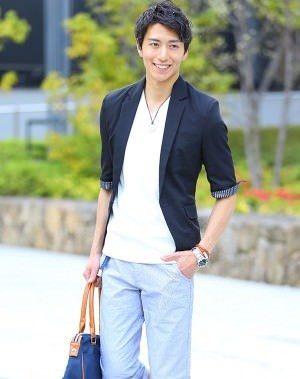 黒のテーラードジャケット×ライトブルーのスキニーパンツ