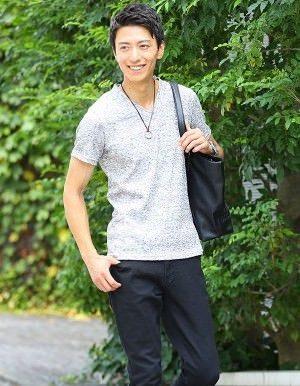 グレーのTシャツ×黒のハーフパンツ