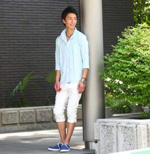 ライトブルーのリネンシャツ×白のクロップドパンツ