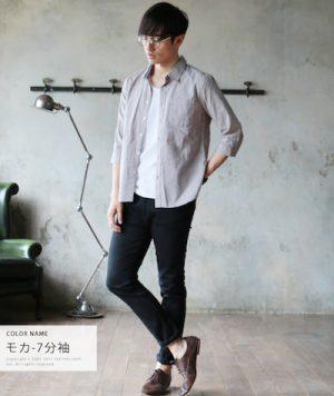 グレーのシャツ×黒のスキニーパンツ