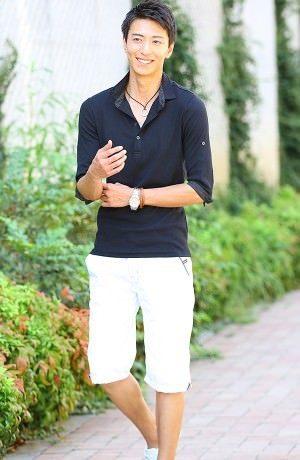 黒のカブリシャツ×白のクロップドパンツ