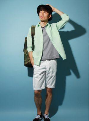 グリーンの麻シャツ×白のハーフパンツ