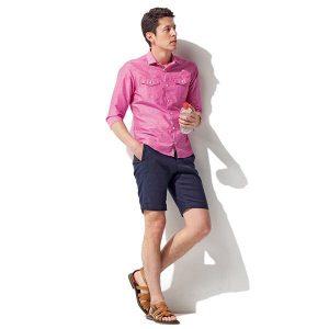 ピンクのシャンブレーシャツ×ブラウンのレザーサンダル