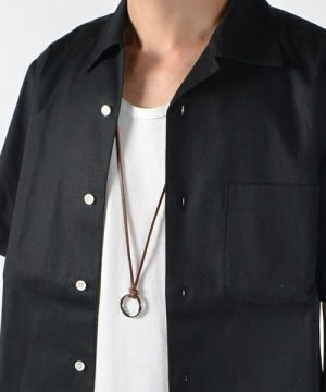 UネックTシャツ×黒のボーリングシャツ