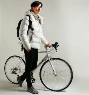 白のダウンジャケット クロスバイク