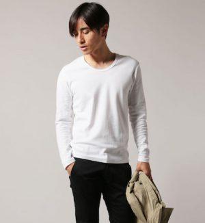 白の無地Tシャツ 冬