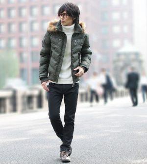 緑のダウンジャケット×黒のスラックス