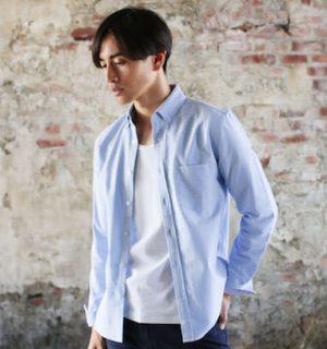 サックスブルーのシャツ 冬のメンズファッション