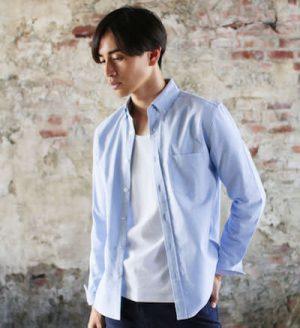 ライトブルーのボタンダウンシャツ
