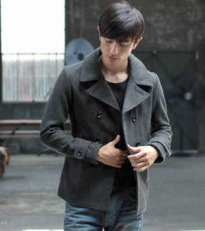 グレーのPコート×黒のニット