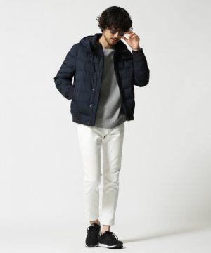 黒のダウンジャケット×白パンツ