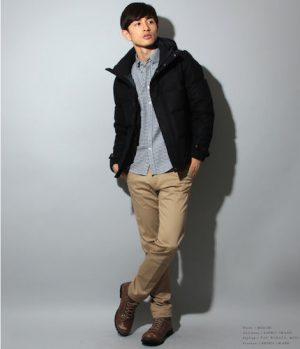 黒のダウンジャケット×グレーのシャツ