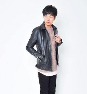 ピンクのニット×黒のレザージャケット