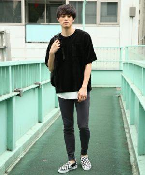 ビッグシルエットTシャツ×グレーのスキニーパンツ