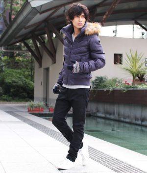 紫のダウンジャケット 冬の着こなし