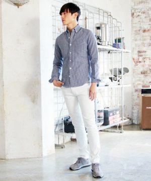 青のギンガムチェックシャツ×白のスキニーデニム