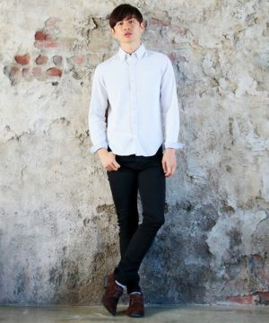 白シャツ×黒スキニーパンツ