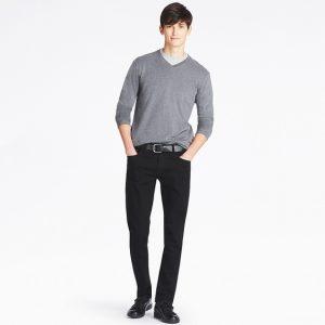 グレーのセーター×黒のスキニーフィットデニム