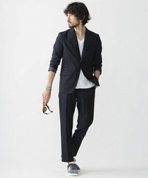 黒のテーラードジャケット×黒のスキニーパンツ