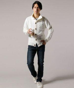 白のスタンドネックカーディガン×インディゴのデニムパンツ