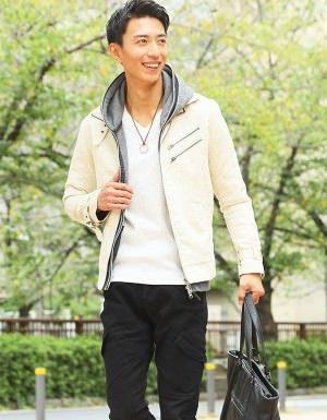 白のスエードジャケット×黒のスキニーパンツ
