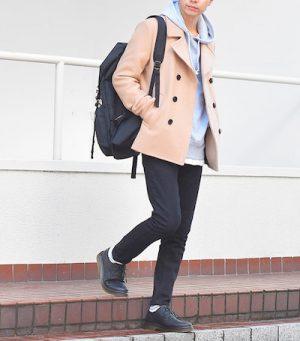キャメルのPコート×黒のスキニーパンツ