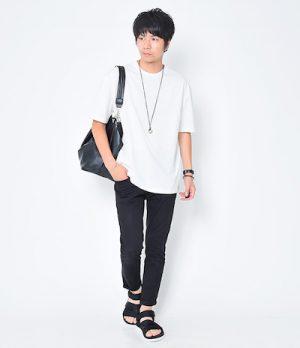 白のオーバーサイズTシャツ×レザーエディターズバッグ