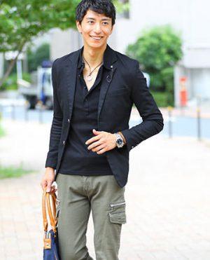 黒のテーラードジャケット×黒のシャツ