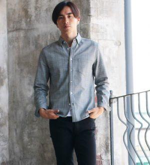 グレーのシンプルなシャツ メンズコーデ