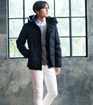 黒のダウンジャケット×白のパンツ
