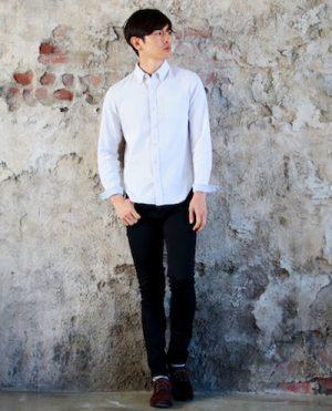 白のメンズシャツ×黒のストレートデニム