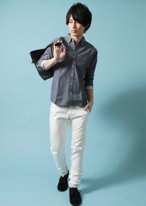 ネイビーのシャツ×ホワイトパンツ