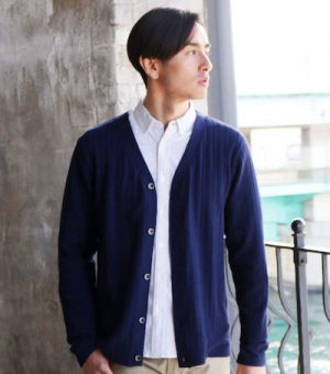 白のシャツ×ネイビーのカーディガン